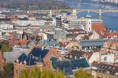 ευρωπαϊκά ορόσημα Πανοραμική άποψη της Βουδαπέστης με τους πύργους κουδουνιών της εκκλησίας και του Κοινοβουλίου του ST Anne ` s στοκ εικόνα