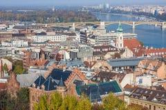 ευρωπαϊκά ορόσημα Πανοραμική άποψη της Βουδαπέστης με τους πύργους κουδουνιών της εκκλησίας και του Κοινοβουλίου του ST Anne ` s στοκ εικόνες