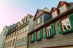 Ευρωπαϊκά παράθυρα με τα πράσινα ξύλινα παραθυρόφυλλα στο παλαιό σπίτι Outdoo στοκ εικόνα με δικαίωμα ελεύθερης χρήσης