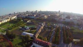 Ευρωπαϊκά πόλεων οριζόντων μπαρόκ σπίτια της Ευρώπης ηλιοφάνειας εναέρια πυροβοληθε'ντα απόθεμα βίντεο