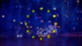 Ευρωπαϊκά σημαία και αυτοκίνητα στην πόλη τή νύχτα απόθεμα βίντεο