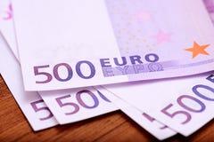 Ευρωπαϊκά τραπεζογραμμάτια ευρώ νομίσματος στον ξύλινο πίνακα Στοκ Φωτογραφίες