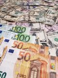 Ευρωπαϊκά τραπεζογραμμάτια και αμερικανικοί λογαριασμοί δολαρίων των διαφορετικών μετονομασιών στοκ φωτογραφίες