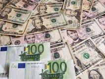 Ευρωπαϊκά τραπεζογραμμάτια και αμερικανικοί λογαριασμοί δολαρίων των διαφορετικών μετονομασιών στοκ εικόνες