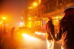 Ευρωπαϊκά χέρια εκμετάλλευσης ζεύγους μαζί στην αγορά οδών νύχτας σε Sa PA, Βιετνάμ στοκ εικόνα με δικαίωμα ελεύθερης χρήσης