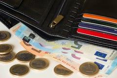 Ευρωπαϊκά χρήματα και πιστωτική κάρτα στο πορτοφόλι/ευρώ στοκ φωτογραφίες