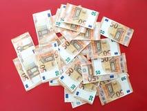 Ευρωπαϊκά χρήματα πενήντα ευρο- λογαριασμοί στο κόκκινο χαλί, ευρο- ξεχειλίζοντας υπόβαθρο χρημάτων, ευρο- τραπεζογραμμάτια στοκ φωτογραφία με δικαίωμα ελεύθερης χρήσης