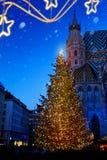 Ευρωπαϊκά Χριστούγεννα τέχνης  Χριστουγεννιάτικο δέντρο και παλαιά πόλη στοκ φωτογραφία με δικαίωμα ελεύθερης χρήσης