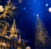 Ευρωπαϊκά Χριστούγεννα τέχνης  Χριστουγεννιάτικο δέντρο και παλαιά πόλη  στοκ εικόνα