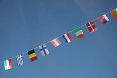 Ευρωπαϊκές σημαίες σε έναν σαφή μπλε ουρανό Στοκ φωτογραφία με δικαίωμα ελεύθερης χρήσης