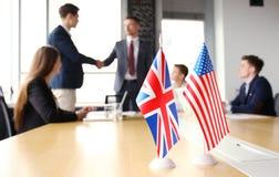 Ευρωπαϊκή Ένωση και αμερικανικοί ηγέτες που τινάζουν τα χέρια σε μια συμφωνία διαπραγμάτευσης Στοκ φωτογραφίες με δικαίωμα ελεύθερης χρήσης