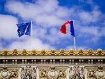 Ευρωπαϊκή Ένωση και η γαλλική σημαία πάνω από το παλάτι Garnier Στοκ Φωτογραφία