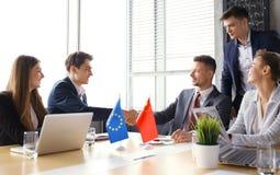 Ευρωπαϊκή Ένωση και κινεζικοί ηγέτες που τινάζουν τα χέρια σε μια συμφωνία διαπραγμάτευσης Στοκ φωτογραφία με δικαίωμα ελεύθερης χρήσης