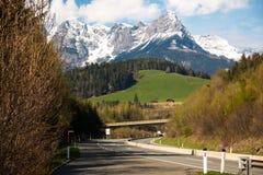Ευρωπαϊκή εθνική οδός και άποψη σχετικά με τα βουνά στην Αυστρία Στοκ εικόνα με δικαίωμα ελεύθερης χρήσης