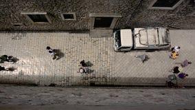 Ευρωπαϊκή κεραία ανθρώπων περπατήματος αρχιτεκτονικής αλεών κυβόλινθων άνωθεν απόθεμα βίντεο