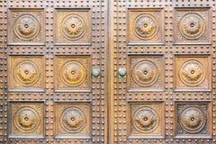 Ευρωπαϊκή παλαιά ξύλινη πόρτα στοκ φωτογραφία με δικαίωμα ελεύθερης χρήσης
