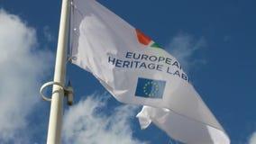 Ευρωπαϊκή σημαία εμβλημάτων κληρονομιάς στον αέρα απόθεμα βίντεο