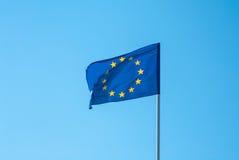 Ευρωπαϊκή σημαία ενάντια στον ουρανό Στοκ Εικόνες