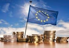 Ευρωπαϊκή σημαία με τα ευρο- νομίσματα Στοκ εικόνες με δικαίωμα ελεύθερης χρήσης