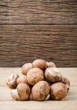 Ευρωπαϊκή σούπα μανιταριών έννοιας τροφίμων με champignon την οργάνωση με το καφετί υπόβαθρο Champignon μανιτάρι ή μανιτάρι κουμπ Στοκ Εικόνες