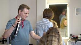 Ευρωπαϊκοί λαοί στην εργασία στην κινηματογράφηση σε πρώτο πλάνο σαλονιών κομμωτών ` s φιλμ μικρού μήκους