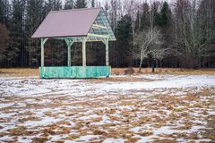 Ευρωπαϊκός βίσωνας και δασικό ράφι σίτισης παιχνιδιών κενό με τη στέγη μετάλλων σε Bialowieza, Πολωνία, εν μέρει χιόνι, πράσινο h στοκ φωτογραφίες με δικαίωμα ελεύθερης χρήσης