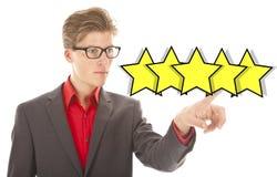 Ευρωπαϊκός επιχειρηματίας που ταξινομεί με πέντε κίτρινα αστέρια Στοκ Εικόνα