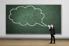 Ευρωπαϊκός επιχειρηματίας που φωνάζει στην κενή φυσαλίδα σύννεφων Στοκ φωτογραφία με δικαίωμα ελεύθερης χρήσης