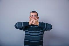 Ευρωπαϊκός-κοιτάζοντας άτομο 30 ετών με τα γυαλιά Στοκ Φωτογραφίες