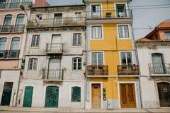 ευρωπαϊκός παραδοσιακό&sig Όμορφα παλαιά σπίτια στην οδό στη Λισσαβώνα στην Πορτογαλία Στοκ Εικόνες