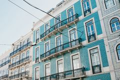 ευρωπαϊκός παραδοσιακό&sig Όμορφο παλαιό σπίτι που διακοσμείται με τα παραδοσιακά παλαιά κεραμίδια στην οδό στη Λισσαβώνα Στοκ Εικόνα