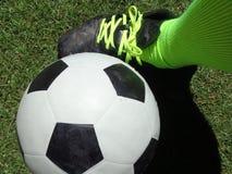Ευρωπαϊκός ποδοσφαιριστής ` s ποδοσφαίρου δίπλα στη σφαίρα ποδοσφαίρου στοκ φωτογραφίες με δικαίωμα ελεύθερης χρήσης