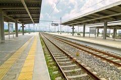 Ευρωπαϊκός προαστιακός σιδηροδρομικός σταθμός στοκ εικόνα με δικαίωμα ελεύθερης χρήσης