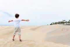 Ευρωπαϊκό αγόρι με τις ανοικτές αγκάλες Στοκ εικόνες με δικαίωμα ελεύθερης χρήσης