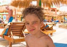 Ευρωπαϊκό αγόρι με το δασύτριχο κεφάλι Στοκ Εικόνα