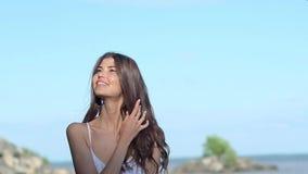 Ευρωπαϊκό ελκυστικό νέο κορίτσι στο άσπρο φόρεμα, ρολόι σε ετοιμότητα της, με τα εκφραστικά μάτια, εξετάζοντας τη κάμερα, γέλιο Τ απόθεμα βίντεο