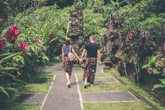 Ευρωπαϊκό ζεύγος μήνα του μέλιτος στην από το Μπαλί περιοχή ναών Τροπικό νησί του Μπαλί, Ινδονησία Στοκ φωτογραφία με δικαίωμα ελεύθερης χρήσης