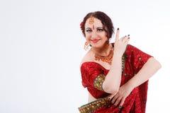 Ευρωπαϊκό κορίτσι στο κόκκινο ινδικό saree Στοκ Φωτογραφίες