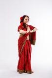 Ευρωπαϊκό κορίτσι στο κόκκινο ινδικό saree Στοκ Εικόνες