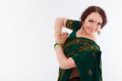 Ευρωπαϊκό κορίτσι στο πράσινο ινδικό saree Στοκ Εικόνα