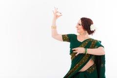 Ευρωπαϊκό κορίτσι στο πράσινο ινδικό saree Στοκ Φωτογραφία