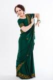 Ευρωπαϊκό κορίτσι στο πράσινο ινδικό saree Στοκ Εικόνες
