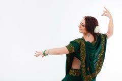 Ευρωπαϊκό κορίτσι στο πράσινο ινδικό saree Στοκ Φωτογραφίες
