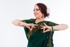 Ευρωπαϊκό κορίτσι στο πράσινο ινδικό saree Στοκ φωτογραφία με δικαίωμα ελεύθερης χρήσης