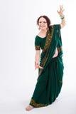 Ευρωπαϊκό κορίτσι στο πράσινο ινδικό saree Στοκ εικόνες με δικαίωμα ελεύθερης χρήσης