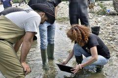 Ευρωπαϊκό κύπελλο χρυσοί diggers στον ποταμό. Στοκ Φωτογραφίες