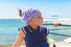 Ευρωπαϊκό μικρό κορίτσι στη χαλάρωση κορδελών στοκ εικόνες