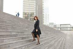 Ευρωπαϊκό να ανεβεί επιχειρηματιών στα σκαλοπάτια στο υψηλό υπόβαθρο κτηρίων Στοκ Εικόνες
