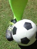 Ευρωπαϊκό πόδι ποδοσφαιριστών ` s ποδοσφαίρου δίπλα στη σφαίρα 2 ποδοσφαίρου στοκ εικόνα με δικαίωμα ελεύθερης χρήσης