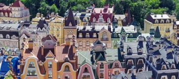 Ευρωπαϊκό πόλης πανόραμα ζωηρόχρωμες στέγες Στοκ Εικόνα